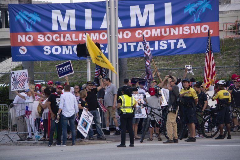 Decenas de personas sostienen pancartas en las inmediaciones del Adrienne Arsht Center, en Miami, previo al debate demócrata de este 26 de junio de 2019.