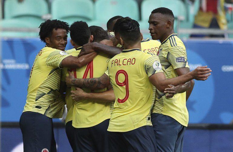 Jugadores de la selección de Colombia festejan el gol de Gustavo Cuéllar frente a Paraguay durante un partido por el Grupo B de la Copa América en la Arena Fonte Nova de Salvador
