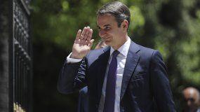 El primer ministro electo de Grecia, Kyriakos Mitsotakis, saluda mientras camina poco antes de tomar posesión del cargo, en el Palacio Presidencia del Atenas, el 8 de julio de 2019.