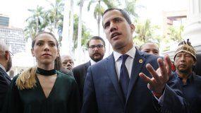 El presidente encargado de Venezuela, Juan Guaidó (der.) y su esposa, Fabiana Rosales, llegan a la sede de la Asamblea Nacional el 5 de julio de 2019.
