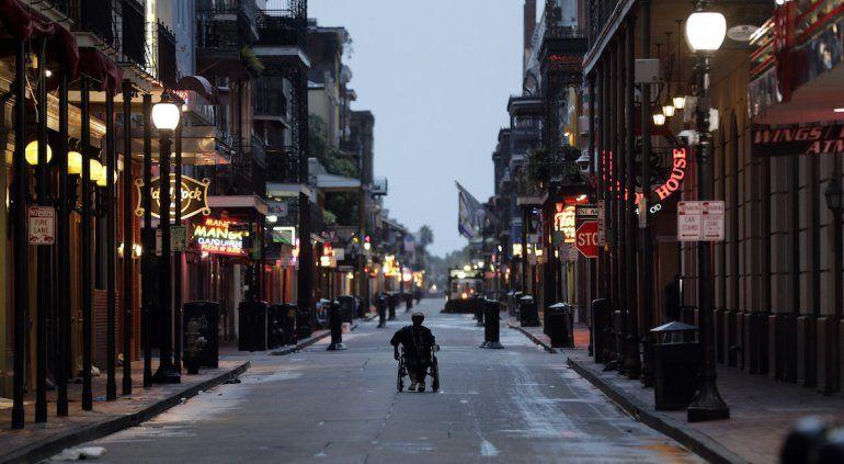 Un hombre en silla de ruedas avanza por la emblemática calle Bourbon Street en el Barrio Francés de Nueva Orleans, la mañana del sábado 13 de julio de 2019, mientras la tormenta tropical Barry se acerca a tierra firme.