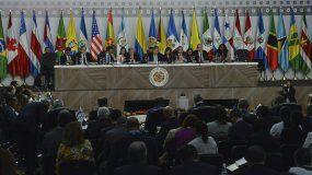 Representantes de los países miembros de la Organización de Estados Americanos asisten a una sesión de la 49 Asamblea General de la OEA en Medellín, Colombia, el jueves 27 de junio de 2019