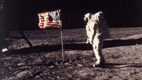 En esta imagen proporcionada por la NASA el astronauta Buzz Aldrin posa para una fotografía junto a la bandera estadounidense en la Luna durante la misión Apolo 11 el 20 de julio de 1969.