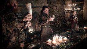 Kristofer Hivju, Kit Harington y Emilia Clarke, en una escena de la serie de HBO Game of Thrones.
