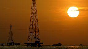 Esta foto de archivo del 30 de noviembre de 2006 que muestra pozos petroleros en el Lago Maracaibo en el estado de Zulia, Venezuela.