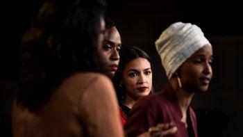 Ayanna Pressley (2da izq.), Ilhan Omar (der.), Alexandria Ocasio-Cortez (2da der.), y Rashida Tlaib. las cuatro legisladoras demócratas a las que el presidente Donald Trump atacó en Twitter.