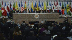 Representantes de los países miembros de la Organización de Estados Americanos asisten a una sesión de la 49ª Asamblea General de la OEA en Medellín, Colombia, el jueves 27 de junio de 2019.