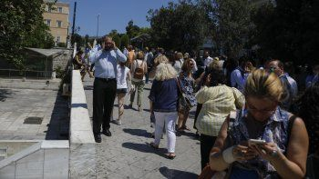 Gente sale a las calles luego de un fuerte terremoto que remeció Atenas, la capital griega, viernes 19 de julio de 2019. El Instituto de Geodinámica griego le dio una magnitud preliminar de 5,1.
