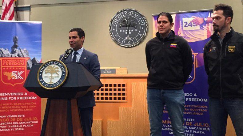 El alcalde de Miami, Francis Suárez junto al coordinador de la Ayuda Humanitaria para Venezuela, Lester Toledo, y el orgainzador deportivoClaudio Moreau.