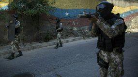 Miembros de la Fuerza de Acción de la Policía Nacional, o FAES, una unidad de comando de élite creada para operaciones contra pandillas, patrullan el vecindario Antimano de Caracas, Venezuela, el martes 29 de enero de 2019