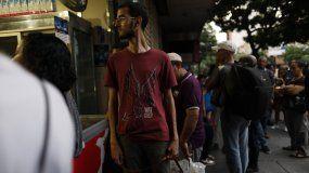 Varias personas caminan por las calles de Caracas luego que un apagón masivo dejó a la ciudad y a otras partes del país sin electricidad, en Caracas, Venezuela, el lunes 22 de julio de 2019.