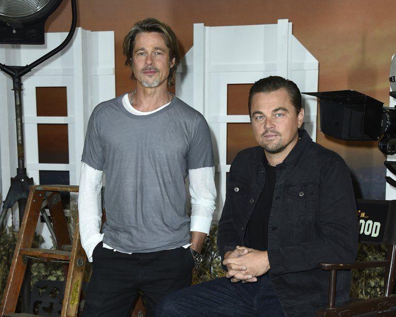 """Brad Pitt, izquierda, y Leonardo DiCaprio en una sesión de retratos de  """"Once Upon a Time in Hollywood"""" en el Hotel Four Seasons en Los Angeles.  La película se estrena el 26 de julio en Estados Unidos. (Foto"""