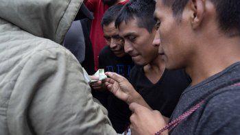 Hombres guatemaltecos que fueron deportados de EEUU llegan a una base de la fuerza aérea de Guatemala el 16 de julio del 2019.