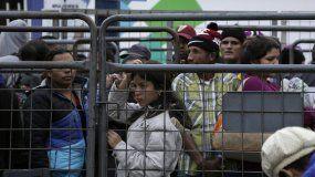 Un grupo de migrantes venezolanos espera a finales de julio, frente a una oficina de migración en Ecuador, una de las paradas necesarias en su intento de llegar a otras naciones del sur y escapar de la crisis en el país caribeño.