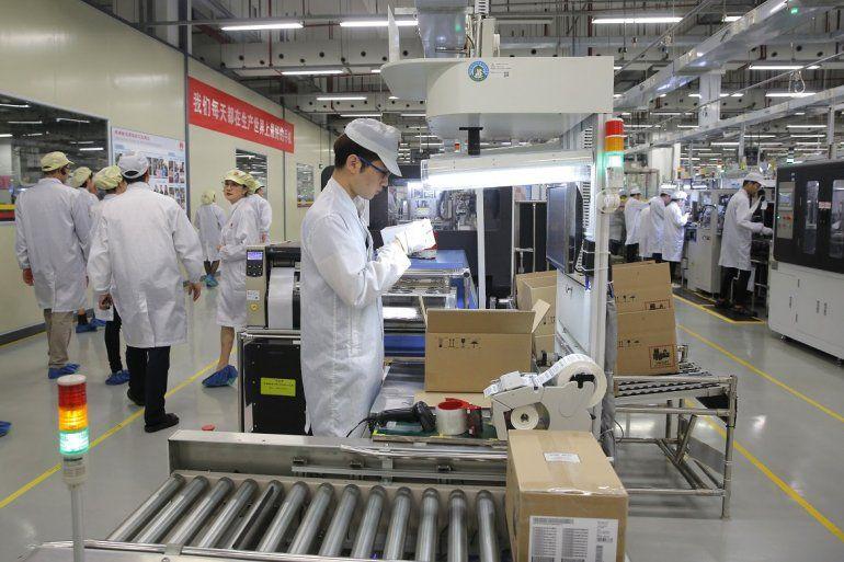 Un obrero trabaja en una línea de producción de teléfonos celulares durante una gira de prensa a la fábrica de Huawei en Dongguan