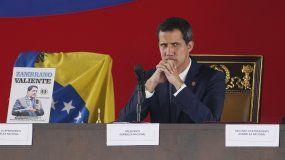 En esta imagen de archivo del 23 de julio de 2019, el presidente interino de Venezuela, Juan Guaidó, asiste a una sesión de la Asamblea Nacional en una plaza de Caracas, Venezuela