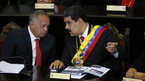 En esta fotografía de archivo del 24 de enero de 2019, el dictador venezolano Nicolás Maduro, derecha, habla con Diosdado Cabello, presidente de la Asamblea Constitucional, en la Corte Suprema durante una ceremonia anual que marca el inicio del año judicial en Caracas, Venezuela.