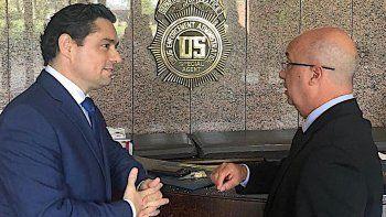 El embajador de la República Bolivariana deVenezuelaen los Estados Unidos, Carlos Vecchio, y el Comisionado Especial de Seguridad e Inteligencia, Iván Simonovis, en la Administración para el Control de Drogas (DEA, por sus siglas en inglés).