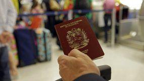 Fotografía de archivo de un hombre que muestra su pasaporte venezolano en el Aeropuerto Internacional de Miami, en junio de 2014.