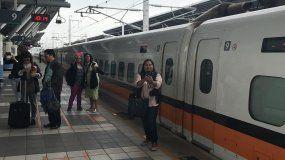 Vista de un tren en una estación en Taiwán.