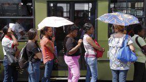 Varias personas hacen fila para tomar el autobús mientras el metro de Caracas está fuera de servicio por un apagón que afectó a la mitad de Venezuela el martes 20 de agosto de 2019.
