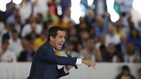 El presidente encargado de Venezuela Juan Guaidó habla con los líderes regionales y municipales durante una reunión en Caracas.