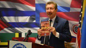 Carlos S{anches Berzaín habla durante la presentación del libro.