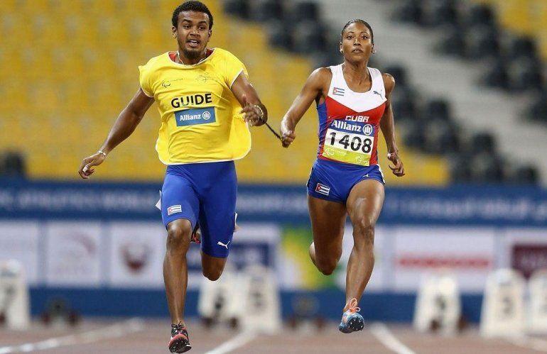 La cubana Omara Durand (der.), cinco veces medalla de oro paralímpica en velocidad.