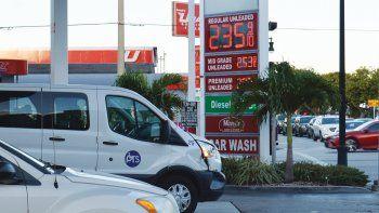 El precio de la gasolina varía según el valor del petróleo y la ecuación de la oferta y la demanda.