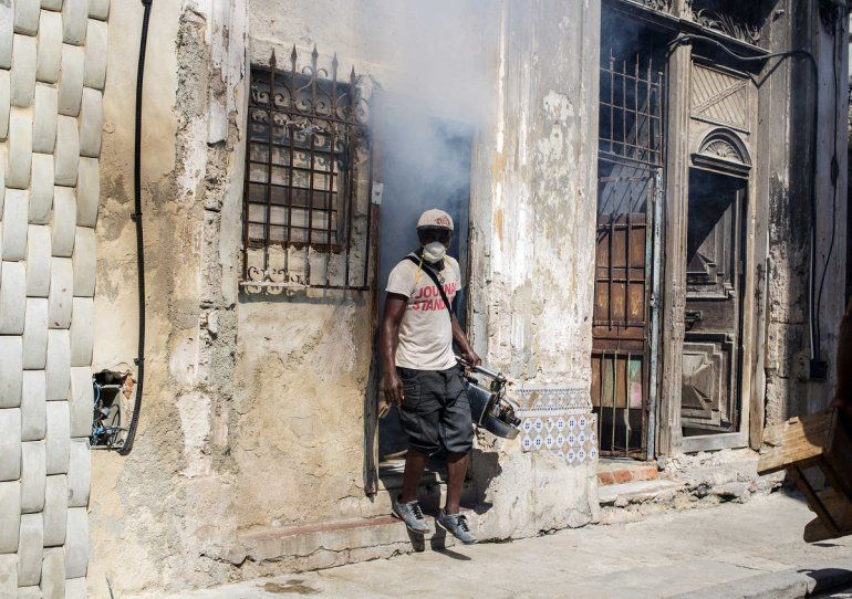 Cuba despliega equipos de fumigadores para combatir el incremento de mosquitos transmisores de enfermedades como el zika y el dengue.