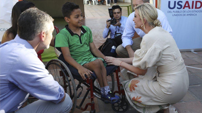 Ivanka Trump habla con el migrante venezolano Andry Rodríguez en un refugio para migrantes en La Parada cerca de Cúcuta