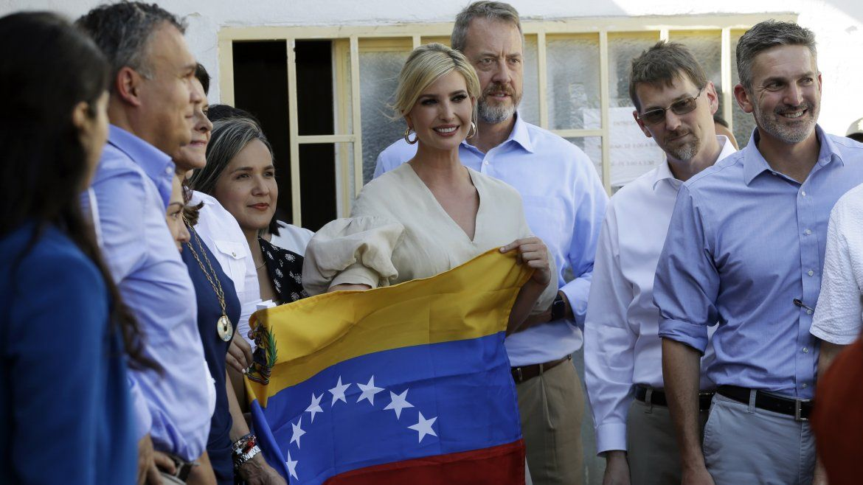 Ivanka Trump sostiene una bandera venezolana en un refugio para migrantes en La Parada