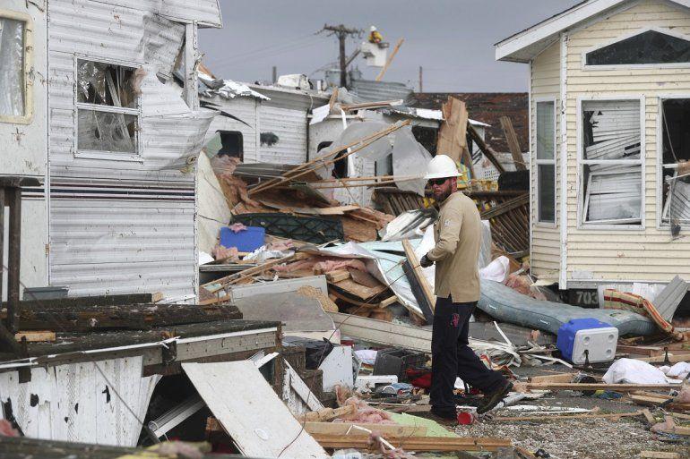 Un trabajor de la compañía eléctrica trabaja para restablecer la energía después de que un tornado azotara Emerald Isle NC cuando el huracán Dorian avanzó por la costa este el jueves 5 de septiembre de 2019.