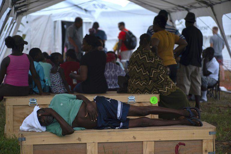 Un anciano espera ser atendido en una tienda-hospital instalada por Samaritans Purse después del huracán Dorian en Freeport