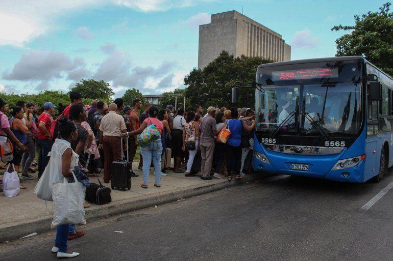 Lacrisis de combustible en la isla ha vuelto más caótico el servicio de transporte en La Habana