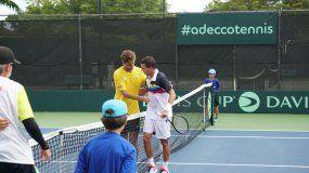 Roberto Quiroz, de Ecuador, y Luis David Martínez, de Venezuela, se saludan tras el segundo partido en el Doral Country Club Park en el inicio de la serie del Grupo I de la Zona Americana de la Copa Davis, el sábado 14 de septiembre del 2019.