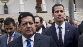 Fotografíadel 5 de enero de 2019 del presidente del Parlamento, Juan Guaidó (cen.), acompañado del vicepresidente Edgar Zambrano, a su llegada a una sesión legislativa en Caracas, Venezuela.