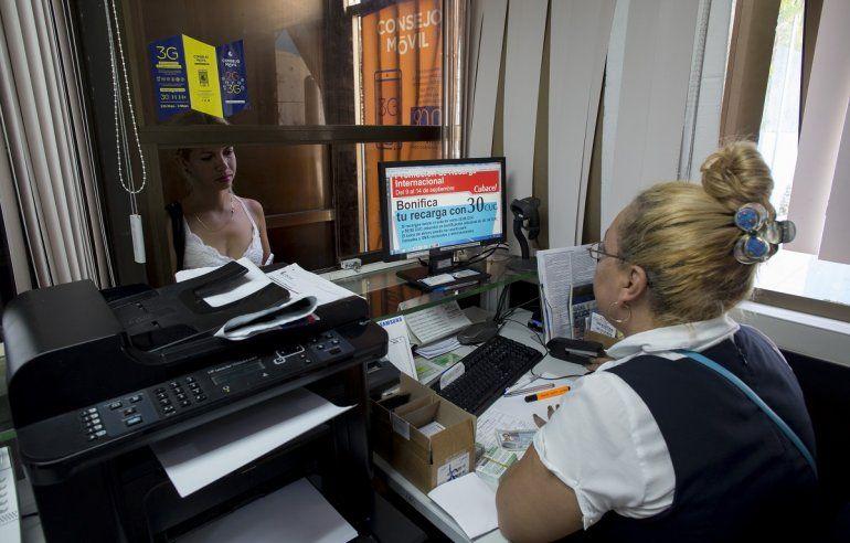 El pago de los servicios de telefonía celular y el acceso a Internet desde el exterior es una de las vías por las que el régimen cubano continúa recibiendo dólares.