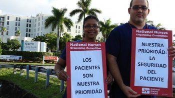 Los enfermeros, Yajaira M Román y Javier Abreu, se manifiestan frente al Hospital General del Palmetto.