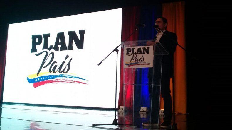 El embajador de Venezuela en EEUU, Carlos Vecchio, presenta el Plan País en Miami el 20 de septiembre de 2019.