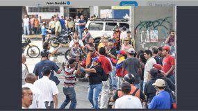 Colectivos amedrentan a manifestantes que esperaban la llegada del presidente encargado Juan Guaidó a la comunidad de El Guarataro,en el centro de Caracas