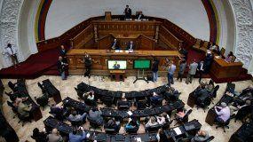 Legisladores opositores escuchan al presidente encargado,Juan Guaidó, durante una sesión semanal en la Asamblea Nacional en Caracas, Venezuela, el martes 17 de septiembre de 2019.