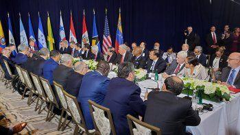 El comisionado presidencial para las Relaciones Exteriores de Venezuela, Julio Borges, sostuvo un encuentro con el presidente Donald Trump y mandatarios de la región para abordar la crisis venezolana. En su discurso, Borges pidió mayor presión contra Cuba, por ser la base del sustento de Maduro, e insistió que en el caso venezolano ninguna opción puede ser descartada.