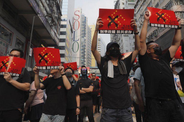 Manifestantes mostrando carteles que dicen Anti-chinazi