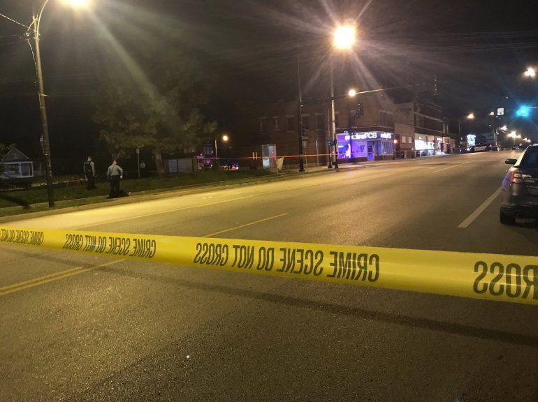 En esta imagen de la cadena de televisión KSHB la policía trabaja en la escena de un tiroteo en Kansas City