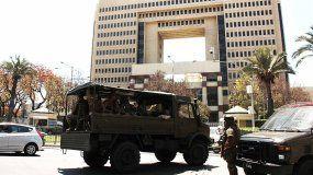 Vehículos militares son vistos en las inmediaciones del Congreso de Chile.