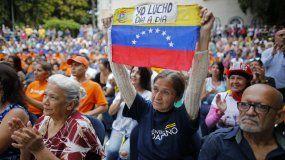 Una partidaria del presidente interino de Venezuela Juan Guaidó sostiene una banderadurante una protesta contra el chavismoen el barrio de El Paradiso en Caracas, Venezuela, el lunes 30 de septiembre de 2019.