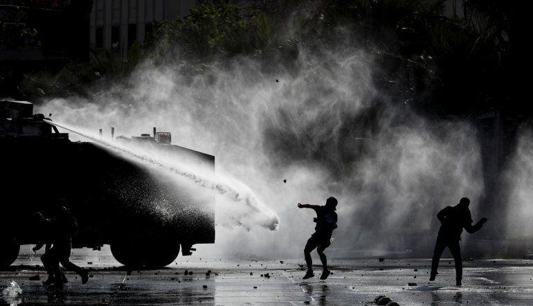 Manifestantes se enfrentan con la policía