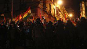 Un cordón de policías bloquea el paso de manifestantes para que no lleguen al palacio de gobierno durante una protesta contra la reelección del presidente Evo Morales, en La Paz, Bolivia, la noche del viernes 8 de noviembre de 2019.