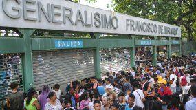 Los fanáticos de la música salen del Parque Francisco de Miranda después de la cancelación de un concierto gratuito del rapero venezolano Neutro Shorty, en Caracas, Venezuela, el sábado 9 de noviembre de 2019.